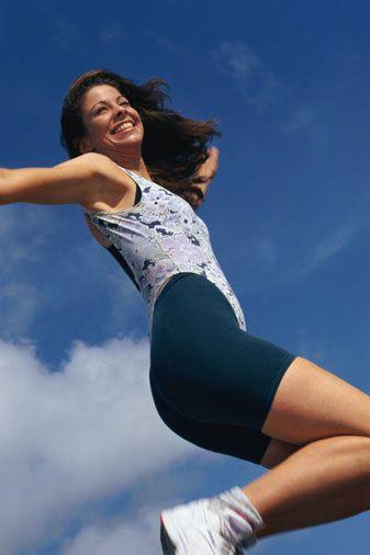1. Çömel ve zıpla!   a)Vücudunun ağırlığını tam olarak kollarına ver.  b)Öne doğru zıplayarak ilerle. c)  Ayağa kalk ve kollarını da yukarı kaldırarak zıpla!   Bu hareketi her gün üç set olarak 15 defa yaparsan, hem kolların şekillenir hem de karın kaslarını çalıştırmış olursun.